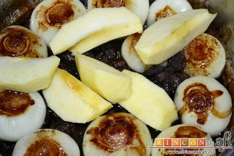 Confit de pato con cebollitas francesas, manzanas, pasas y piñones caramelizados y papas azules chips, pelar las manzanas, cortarlas en cuartos y añadirlas