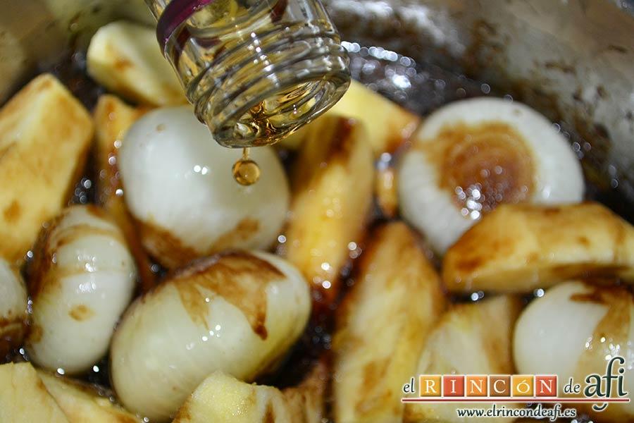 Confit de pato con cebollitas francesas, manzanas, pasas y piñones caramelizados y papas azules chips, añadir el moscatel