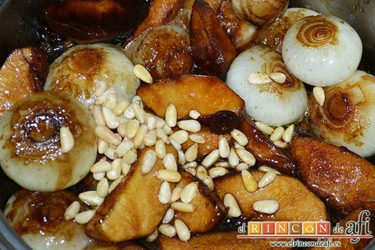 Confit de pato con cebollitas francesas, manzanas, pasas y piñones caramelizados y papas azules chips, añadir por último los piñones