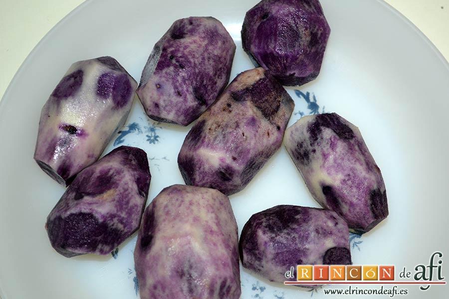 Confit de pato con cebollitas francesas, manzanas, pasas y piñones caramelizados y papas azules chips, pelar las papas azules