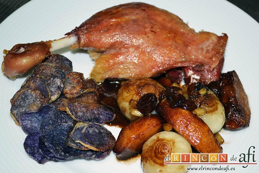 Confit de pato con cebollitas francesas, manzanas, pasas y piñones caramelizados y papas azules chips, sugerencia de presentación