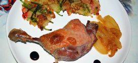 Confit de pato con tortitas de papas con pimientos y peras caramelizadas