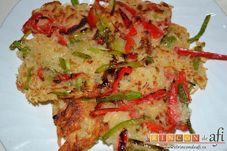 Confit de pato con tortitas de papas con pimientos y peras caramelizadas, reservar en un plato