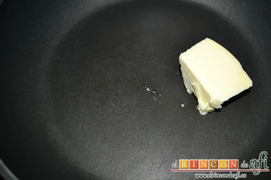 Confit de pato con tortitas de papas con pimientos y peras caramelizadas, poner un trozo de mantequilla en una sartén