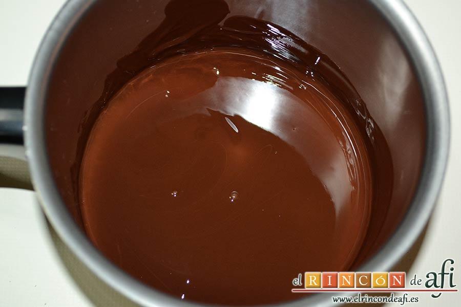 Delicias de Navidad con chocolate y caramelo, hasta que esté del todo fundido