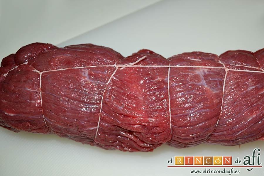 Falda rellena y papas salteadas con mantequilla y especias, enrollar la carne y bridarla con hilo de cocina