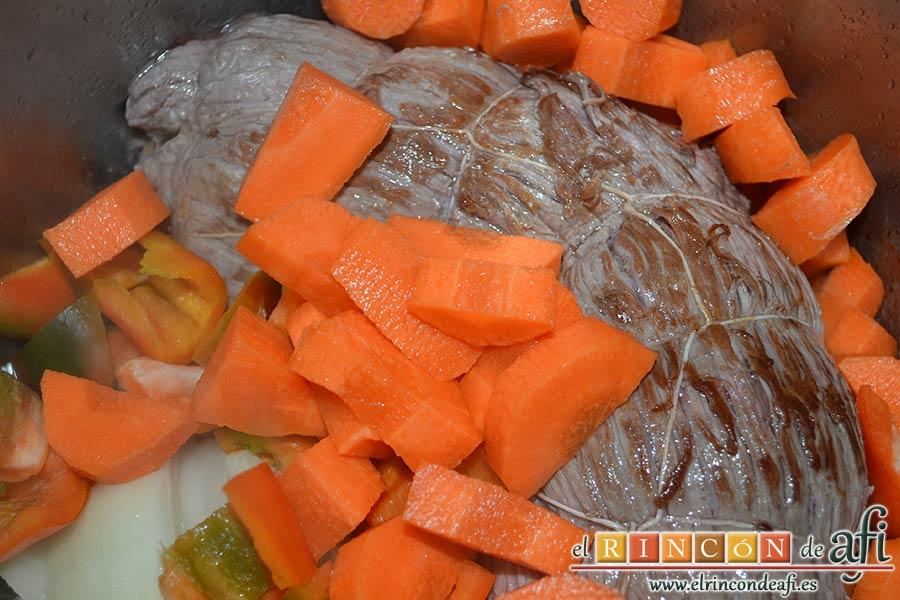 Falda rellena y papas salteadas con mantequilla y especias, añadir las zanahorias