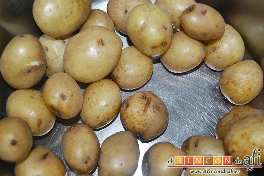 Falda rellena y papas salteadas con mantequilla y especias, preparar unas papas para acompañar