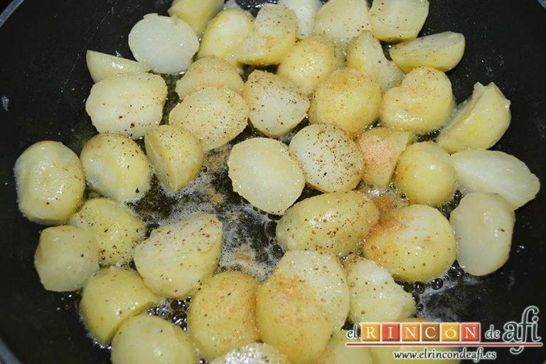 Falda rellena y papas salteadas con mantequilla y especias, añadir nuez moscada y pimientas molidas