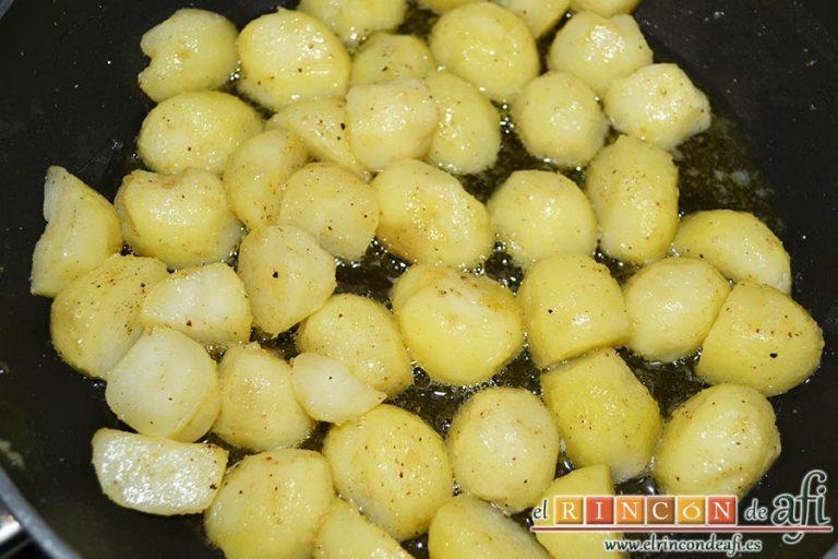 Falda rellena y papas salteadas con mantequilla y especias, rehogar hasta que queden doradas
