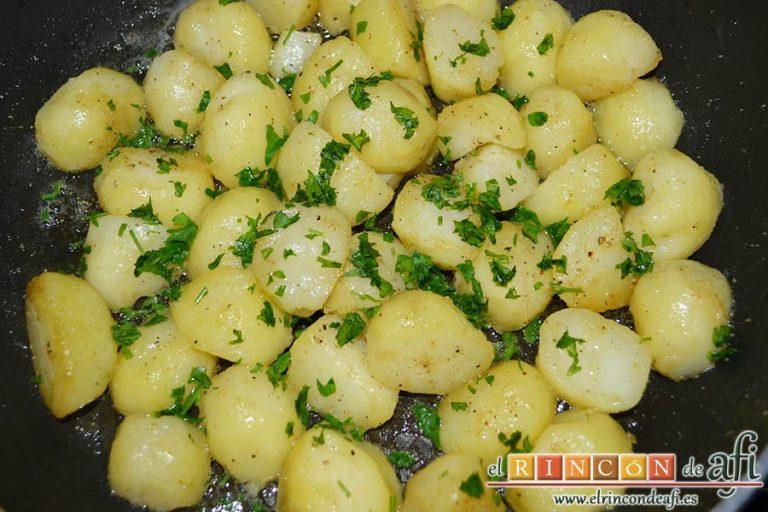 Falda rellena y papas salteadas con mantequilla y especias, añadir perejil picado