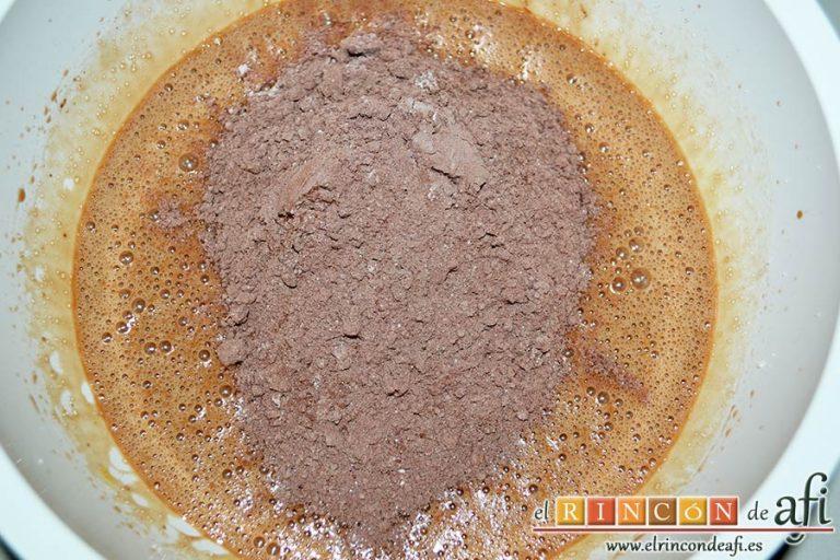 Galletas de Navidad de chocolate y avellanas, echar poco a poco la mezcla de cacao
