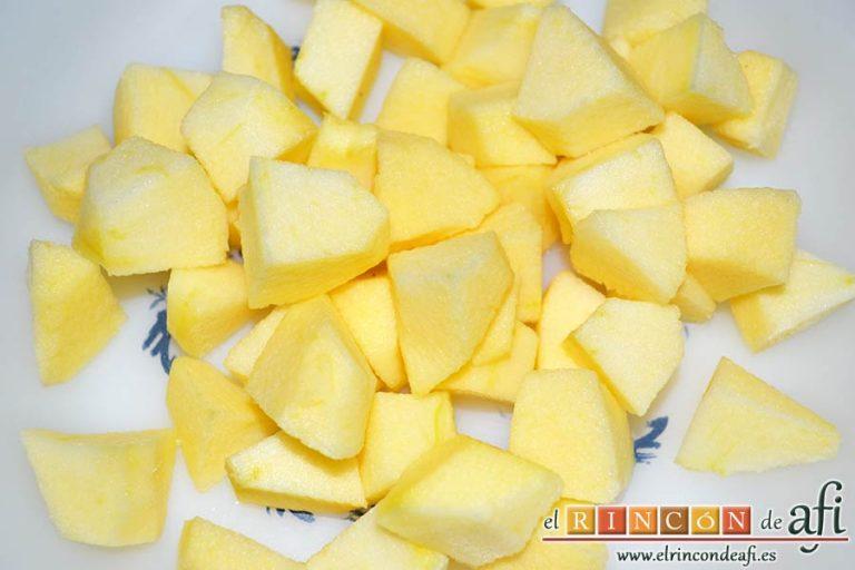 Lombarda rehogada con manzana, pasas y canela, pelar, descorazonar y cortar en cubitos las manzanas