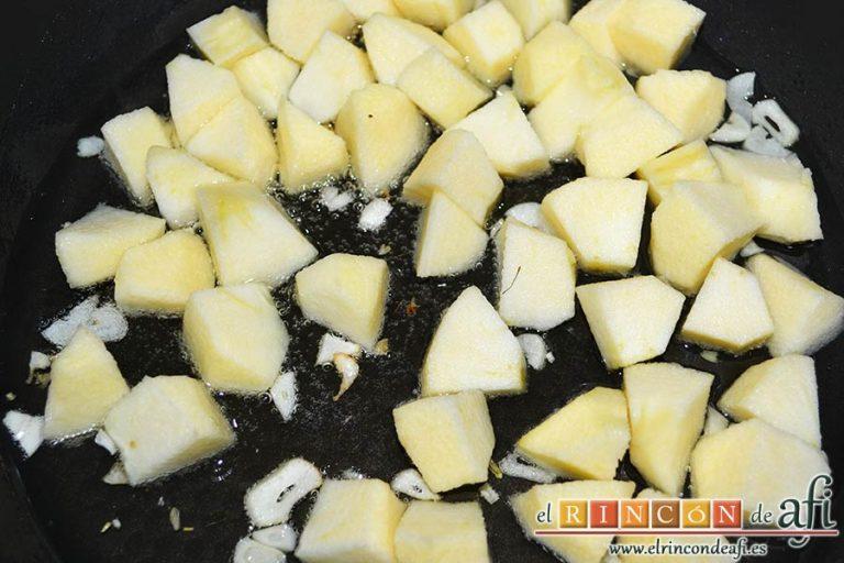 Lombarda rehogada con manzana, pasas y canela, rehogarlas junto con los ajos