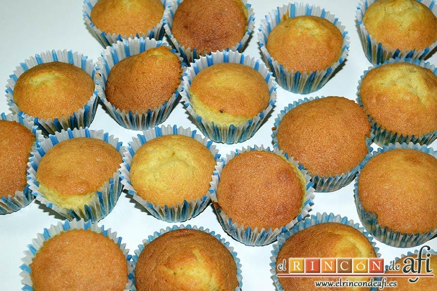 Minitartitas de fresa de Lorraine Pascale, hornear hasta que queden doradas y esponjosas las magdalenas