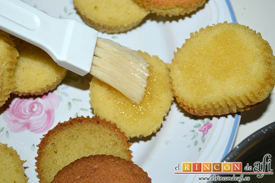 Minitartitas de fresa de Lorraine Pascale, impregnarlas con el almíbar