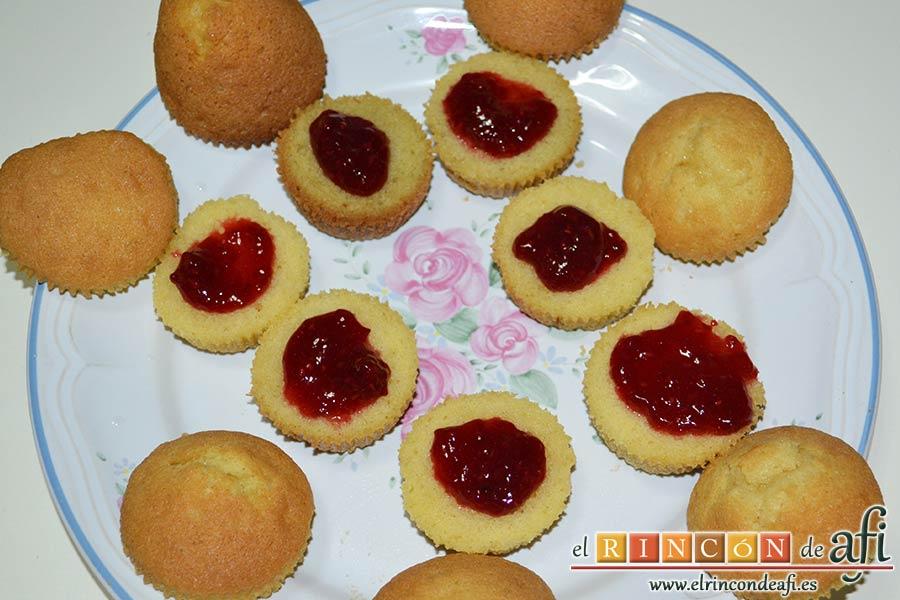 Minitartitas de fresa de Lorraine Pascale, untar cada mitad inferior de las tartitas con mermelada