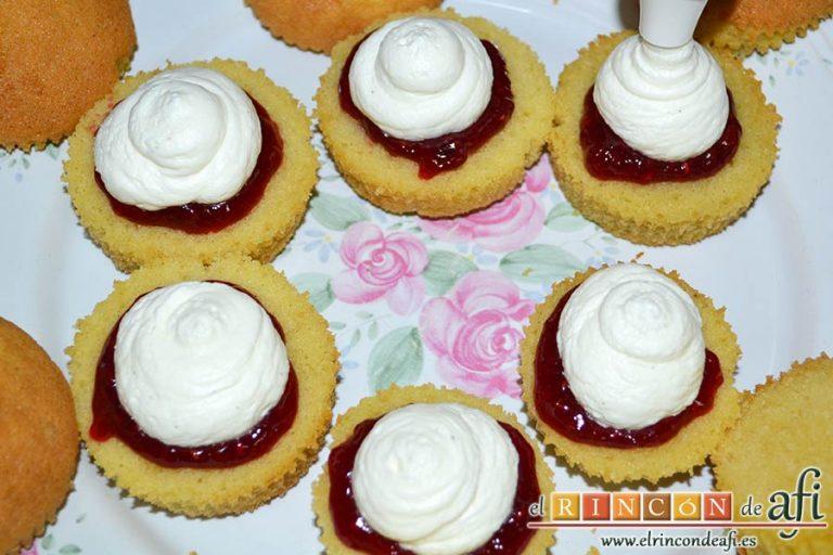 Minitartitas de fresa de Lorraine Pascale, poner encima porciones del relleno