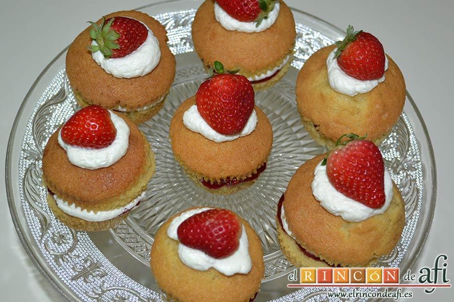 Minitartitas de fresa de Lorraine Pascale, decorar con otra porción de nata y una fresa, y luego con chocolate blanco