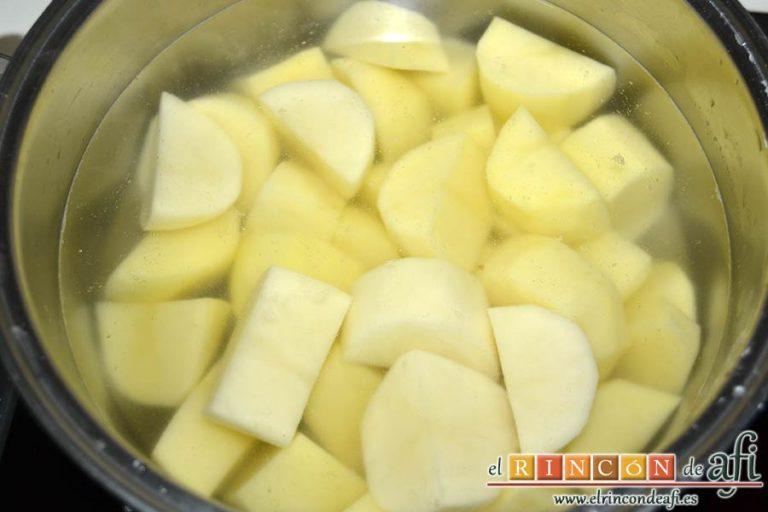 Pastel de bacalao, sancocharlas las papas en un caldero con agua