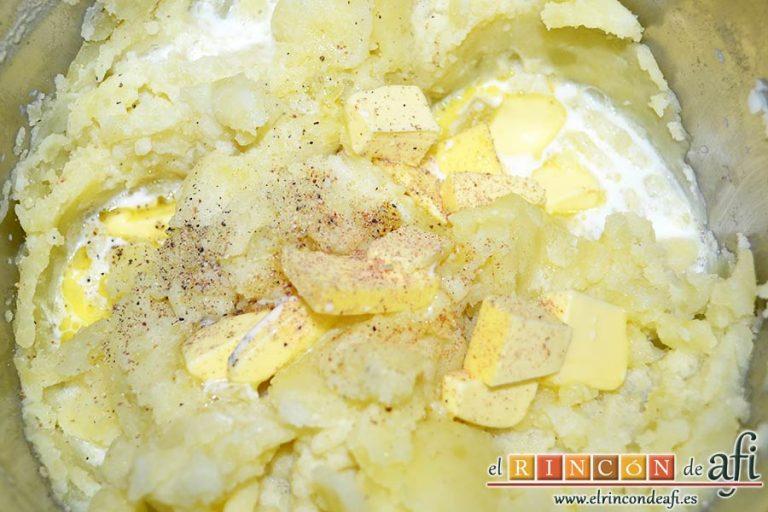 Pastel de bacalao, añadir la mantequilla en cubitos hasta derretir, la leche caliente y las pimientas molidas y la nuez moscada rallada