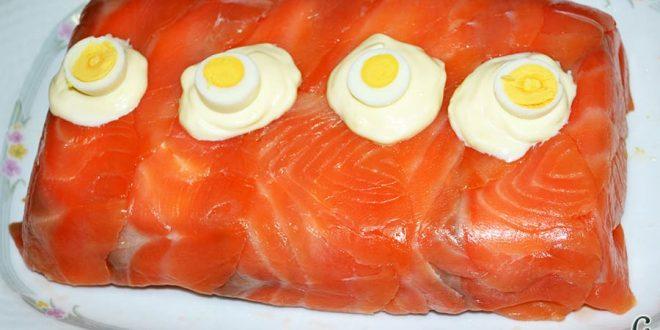 Pastel de salmón marinado, aguacate y pan de molde