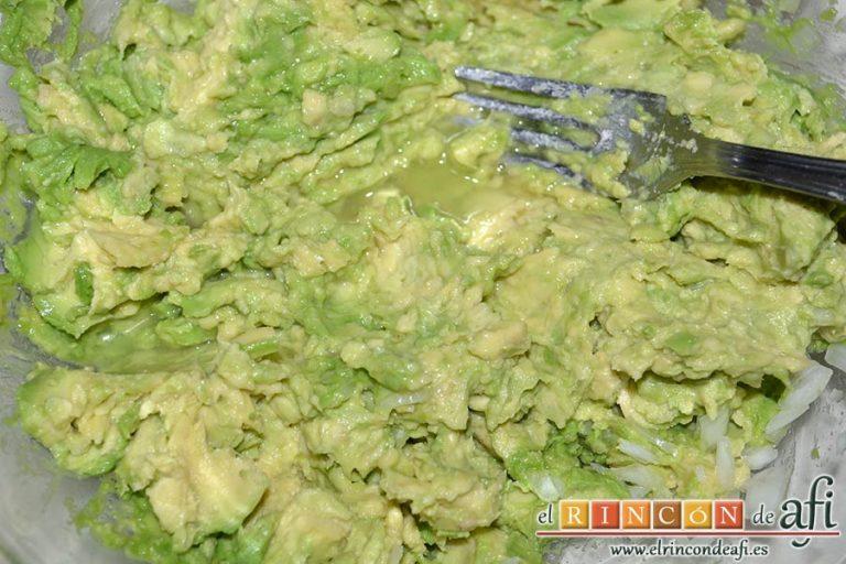 Pastel de salmón marinado, aguacate y pan de molde, añadir el zumo de medio limón e ir machacando con un tenedor