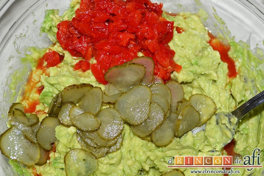 Pastel de salmón marinado, aguacate y pan de molde, añadir los pimientos troceados y los pepinillos en lascas