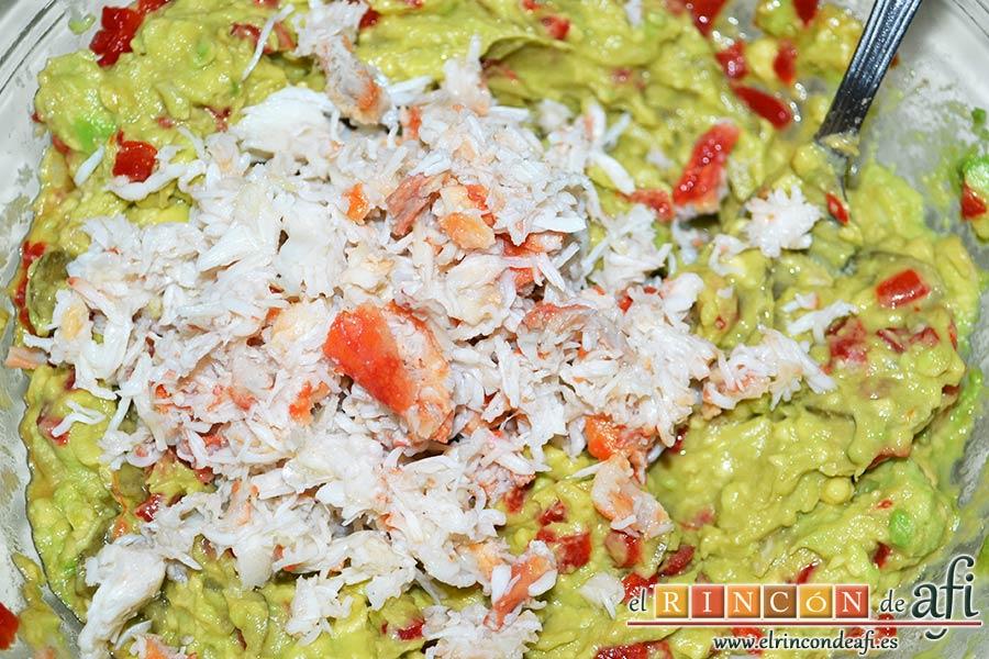 Pastel de salmón marinado, aguacate y pan de molde, desmenuzar el cangrejo y añadirlo a la mezcla