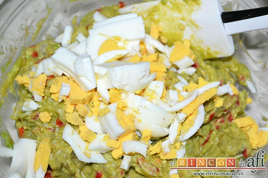 Pastel de salmón marinado, aguacate y pan de molde, trocear los dos huevos duros y añadirlos
