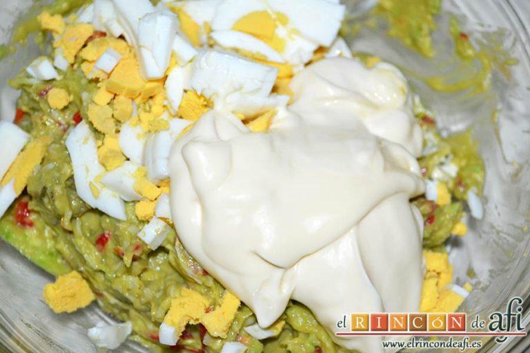 Pastel de salmón marinado, aguacate y pan de molde, añadir dos o tres cucharadas de mayonesa