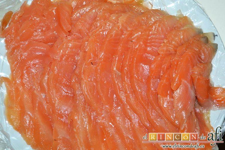 Pastel de salmón marinado, aguacate y pan de molde, laminar el salmón marinado