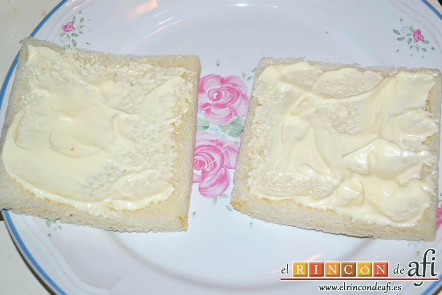 Pastel de salmón marinado, aguacate y pan de molde, untar dos rebanadas de pan de molde con mayonesa
