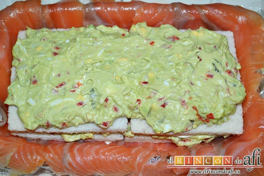 Pastel de salmón marinado, aguacate y pan de molde, repetir la operación