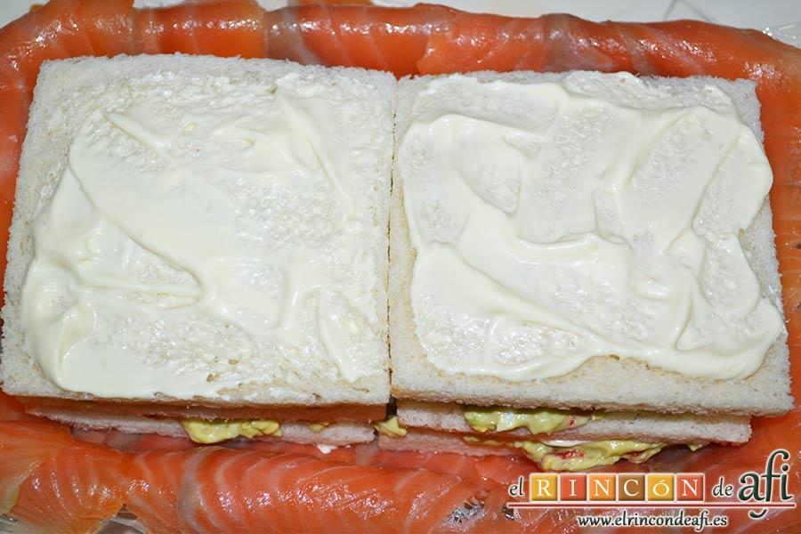 Pastel de salmón marinado, aguacate y pan de molde, añadimos una última capa pero que tenga encima mayonesa