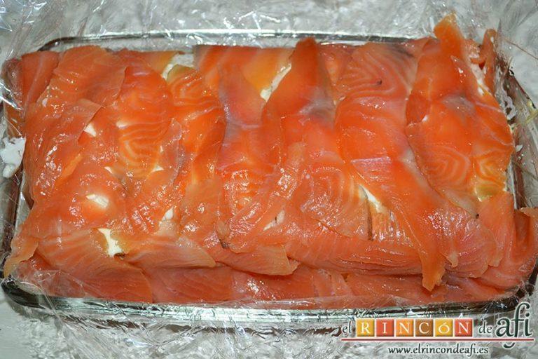 Pastel de salmón marinado, aguacate y pan de molde, con ayuda del film tapamos con las láminas de salmón