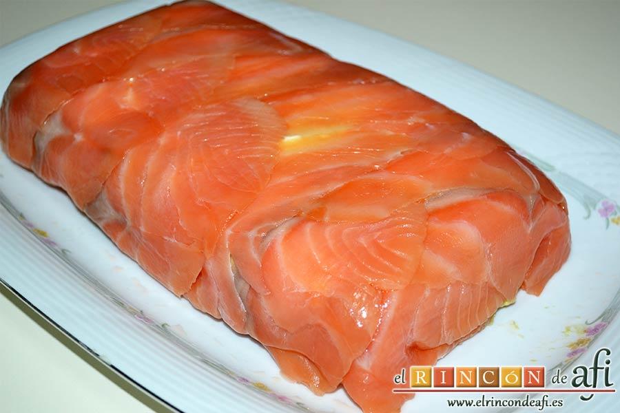 Pastel de salmón marinado, aguacate y pan de molde, refrigerar algunas horas colocando un peso antes de desmoldar