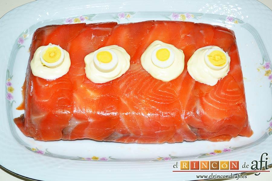 Pastel de salmón marinado, aguacate y pan de molde, sugerencia de presentación del pastel entero