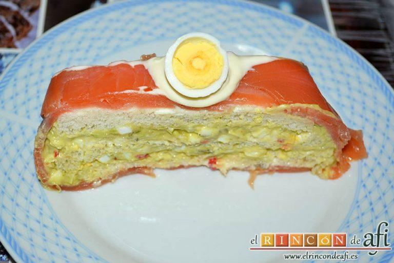 Pastel de salmón marinado, aguacate y pan de molde, sugerencia de presentación