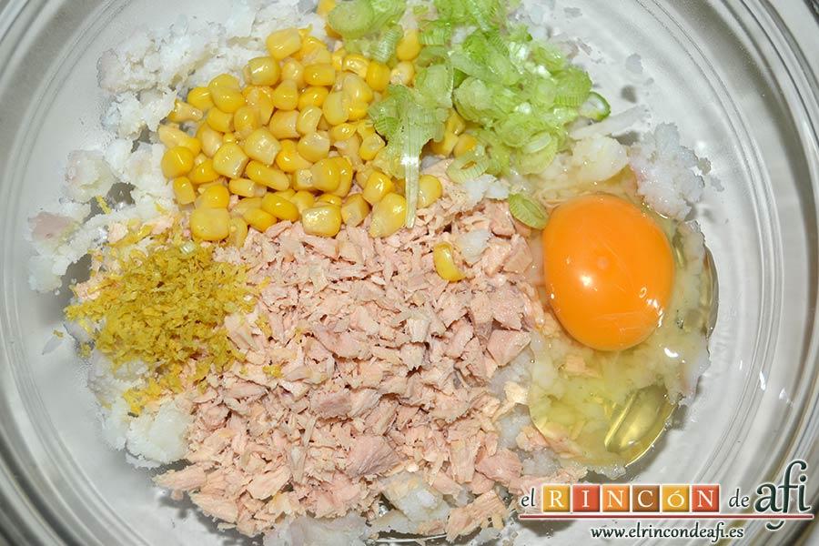 Pastelitos de papas y atún, añadir el atún escurrido y desmigado, el millo, la parte verde de la cebolleta bien picadita, la ralladura del limón y el huevo