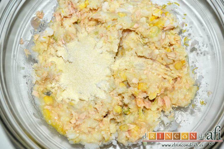 Pastelitos de papas y atún, mezclar bien y añadir el pan rallado