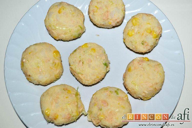 Pastelitos de papas y atún, formar bolitas y compactarlas