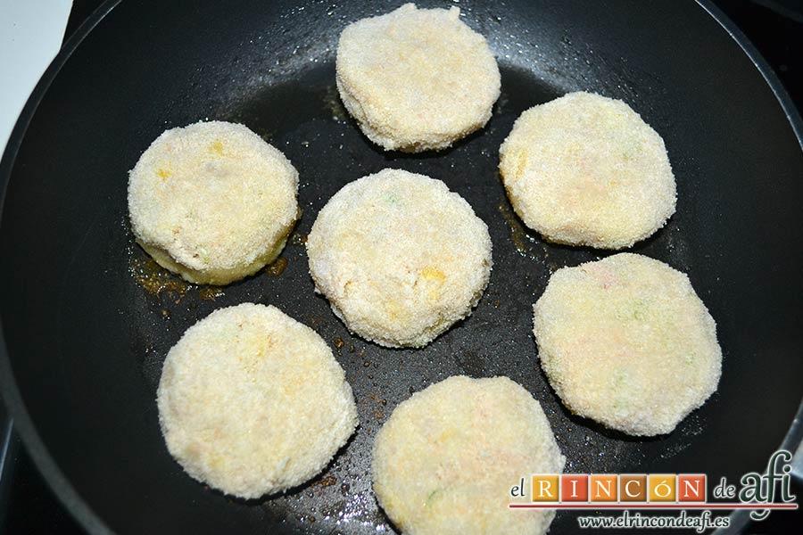 Pastelitos de papas y atún, freírlas en una sartén con un poco de aceite