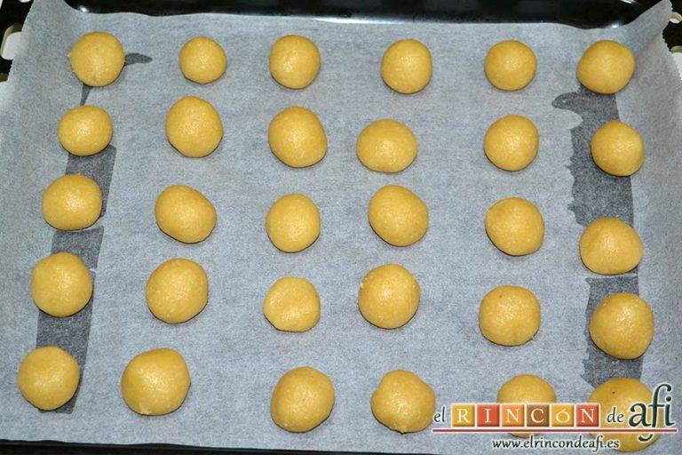 Pastitas de almendra, formar bolitas y disponerlas en una bandeja de horno forrada