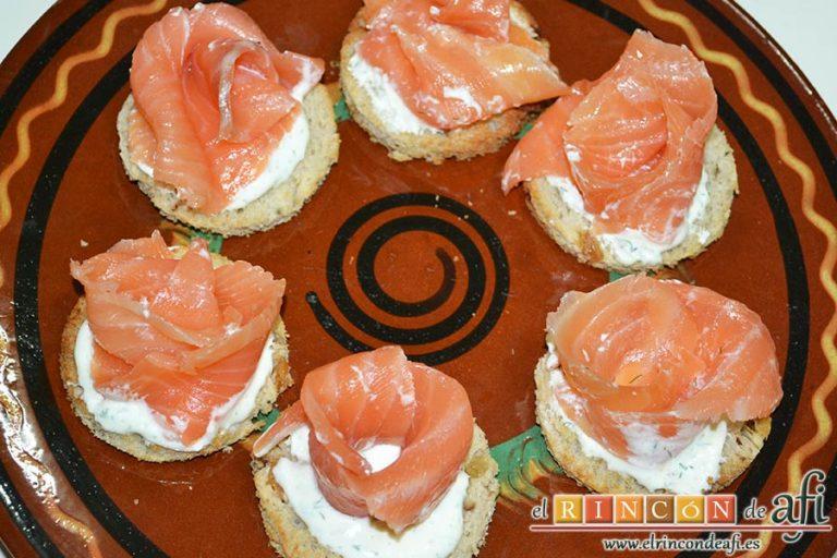 Rosas de salmón, disponerlas y decorar con eneldo