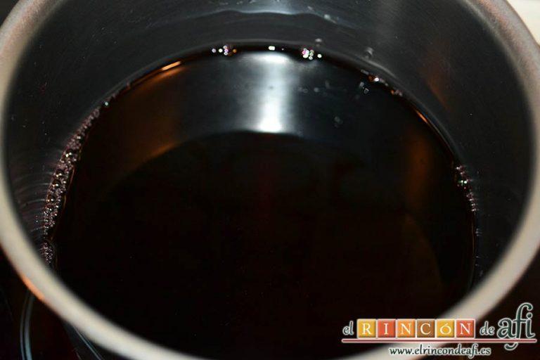 Secreto ibérico con salsa de vino y frutos rojos, poner media botella de un buen vino tinto en un caldero