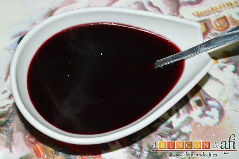 Secreto ibérico con salsa de vino y frutos rojos, verterlas sobre la reducción de vino y dejar que cueza 10 minutos más
