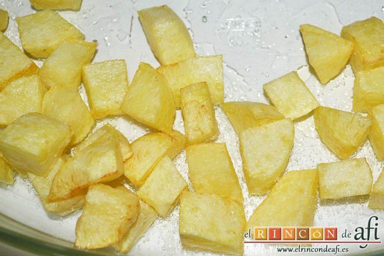Secreto ibérico con salsa de vino y frutos rojos, freír papas en cuadraditos y ponerlas en una fuente para horno
