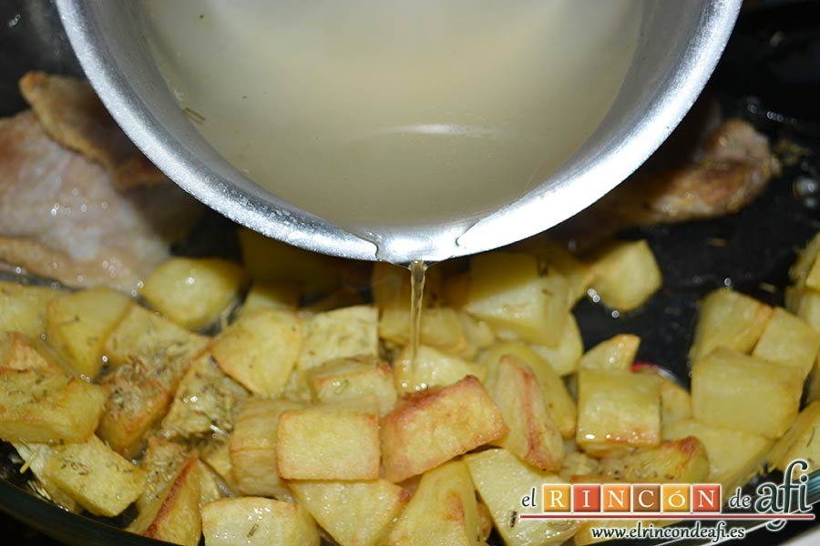Secreto ibérico con salsa de vino y frutos rojos, sacar del horno y verter caldo sobre las papas para que queden más jugosas