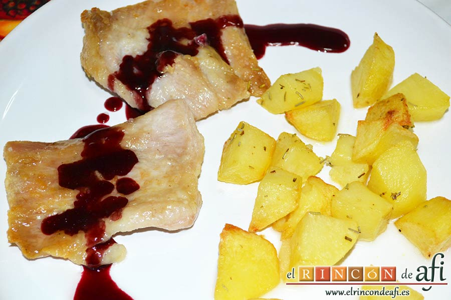 Secreto ibérico con salsa de vino y frutos rojos, sugerencia de presentación